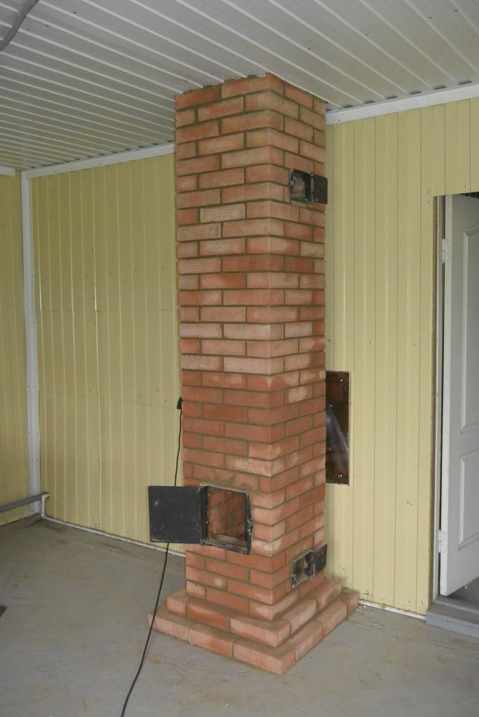 Труба.К трубе подключен котел.Большая дверца для удобства чистки трубы.Маленькие дверцы для съема тепла с трубы.